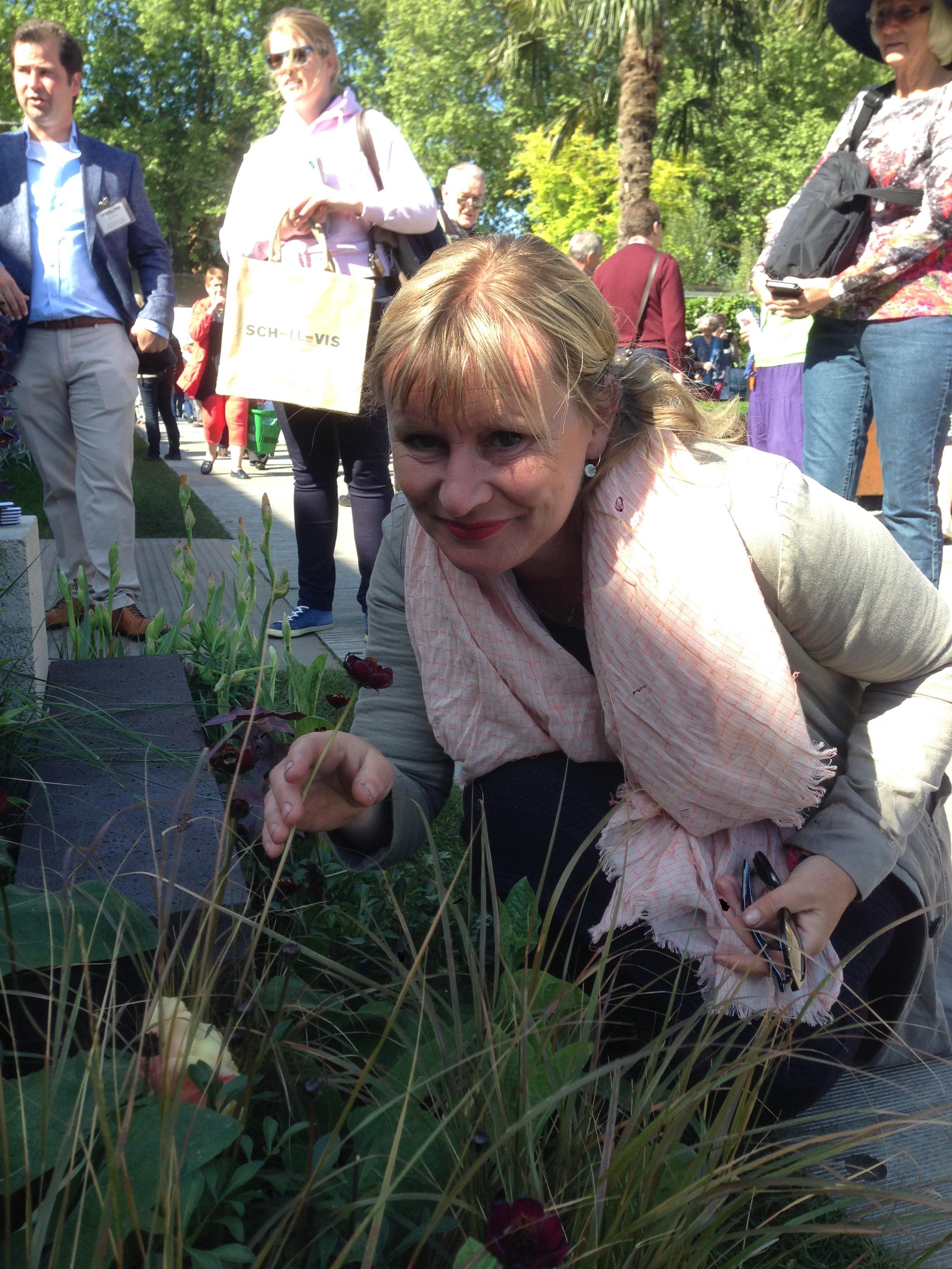 """Carien ruikt aan een chocoladebloem in haar """"fresh garden"""" op Chelsea."""