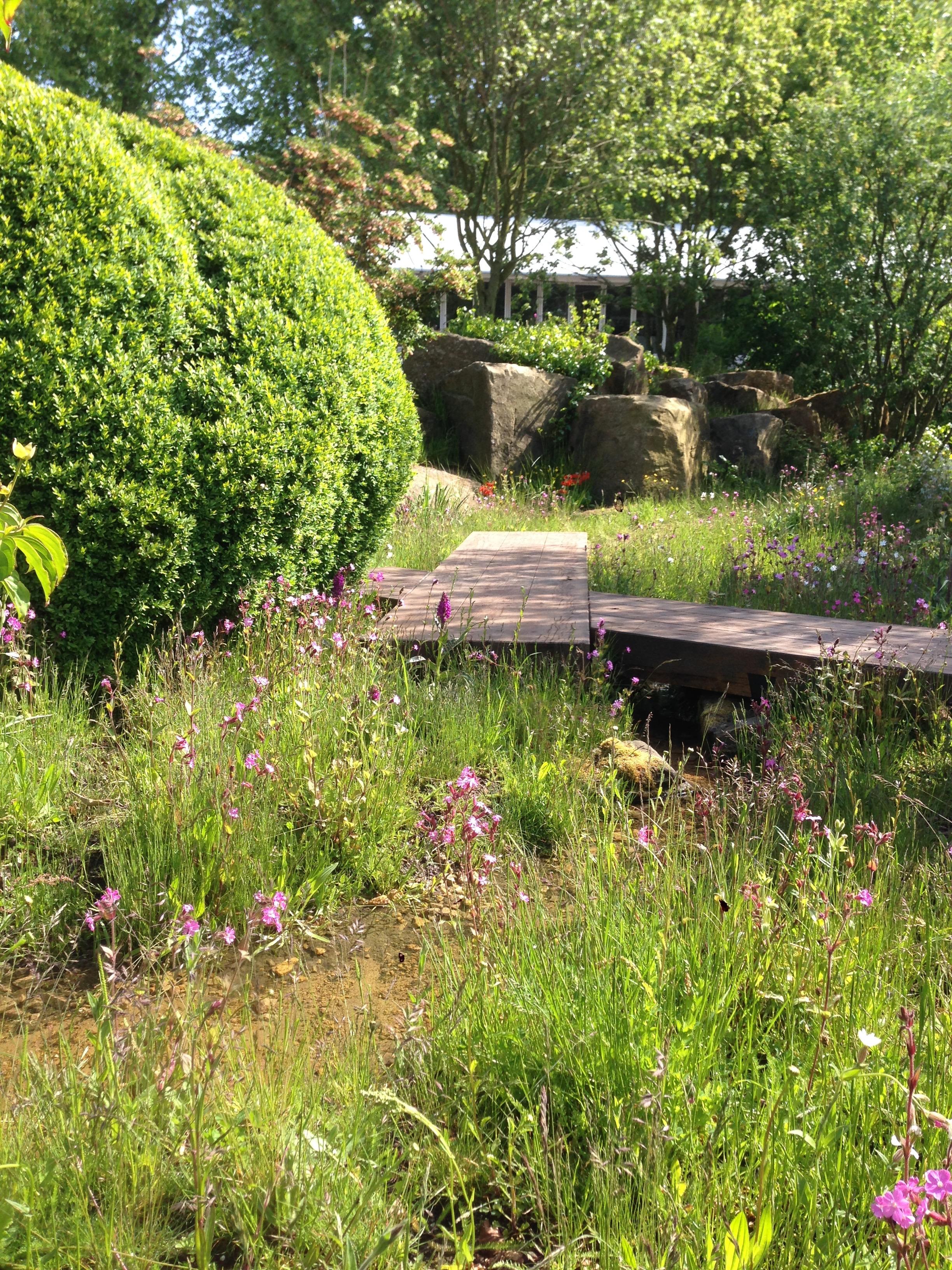Deze natuurlijke tuin met giga rotsblokken werd alom beschouwd als een hoogstandje van grote klasse. Topontwerper Dan Pearson kreeg er dan ook de Gold Medal voor.