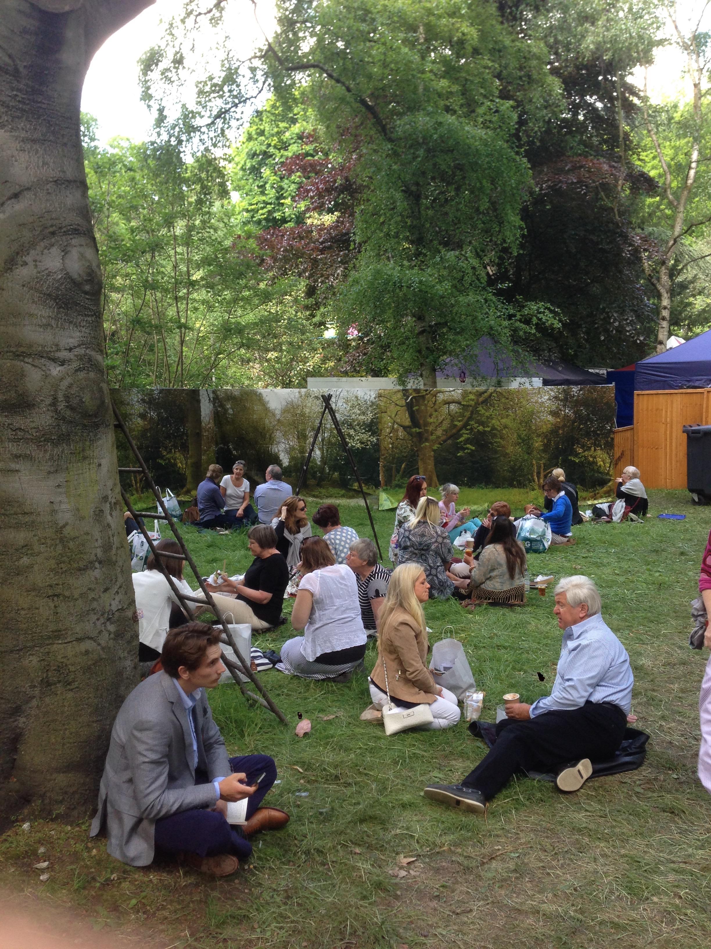 De Engelsen maken een leuk dagje uit van Chelsea, inclusief met z'n allen picknicken in het belendende park.